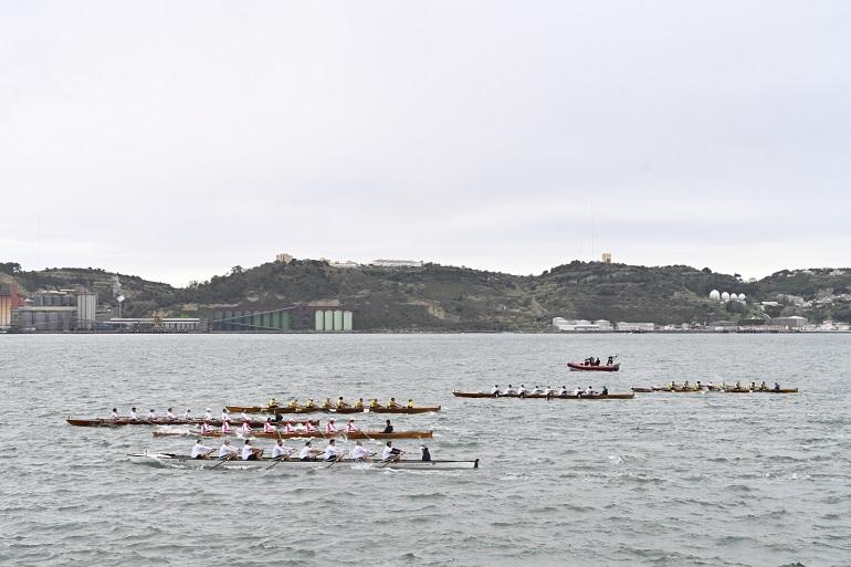 Seis barcos Yole de 8 em plena prova no rio Tejo (imagem ANL)