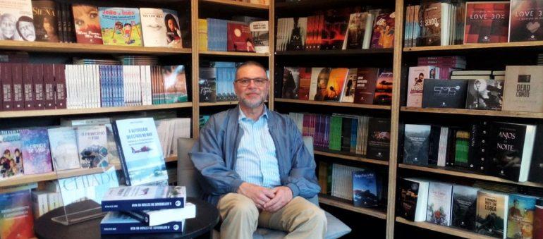 """Jorge Silva Paulo numa apresentação do seu livro """"A Autoridade do Estado no Mar""""."""