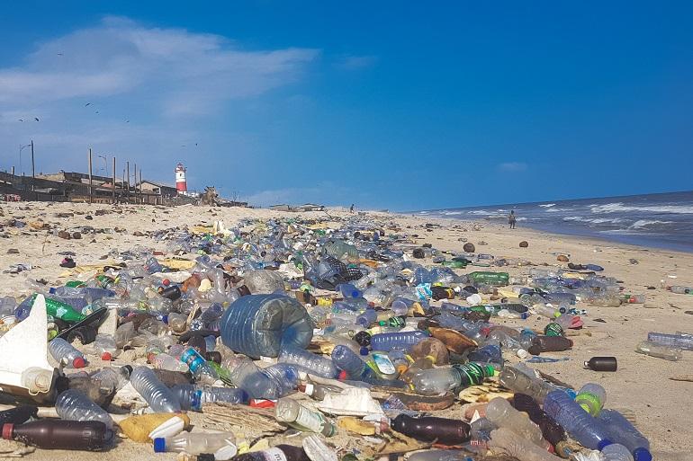 Poluição de plástico cobrindo a praia de Acra, no Gana (imagem Muntaka Chassan por Wikimedia Commons)