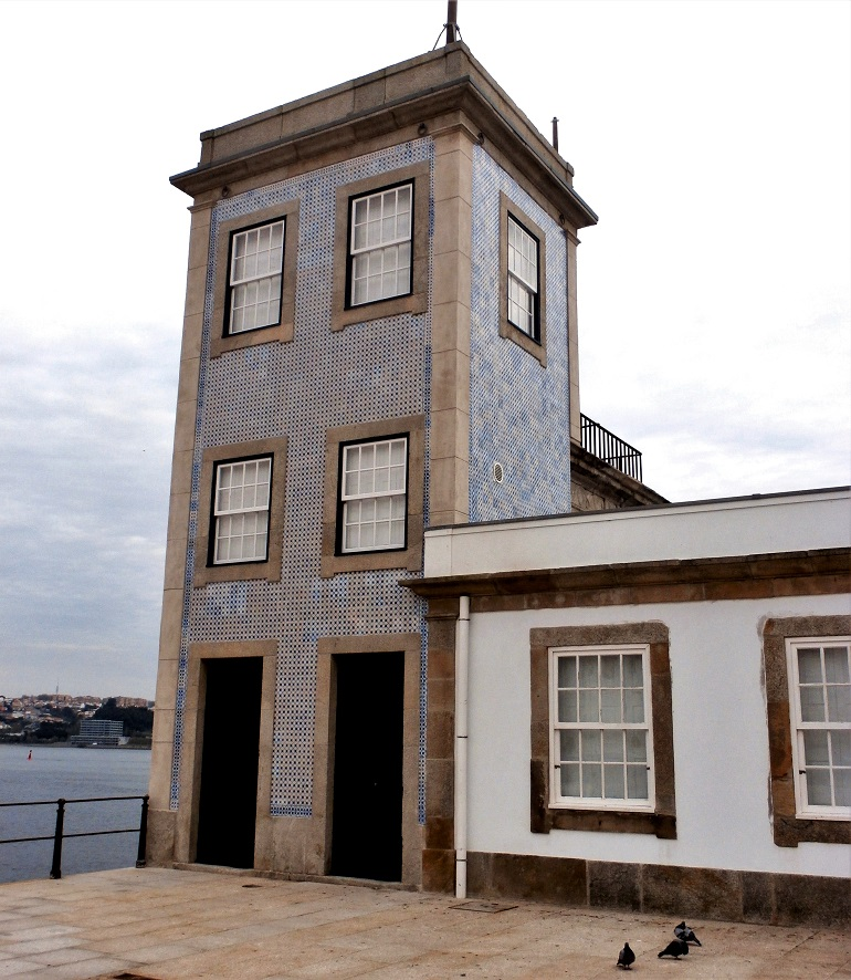 A Torre Semafórica, de três pisos, revestida a azulejos de padrão em relevo, policromo, com cunhais de cantaria, e remate em friso (imagem do autor)