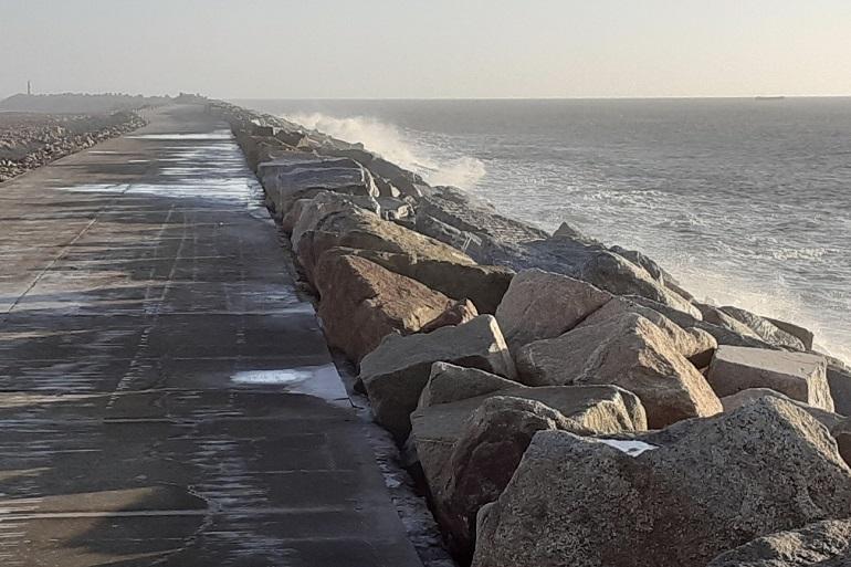 Com 2.170 metros de comprimento, o Molhe Norte – de proteção do Porto de Viana do Castelo – é uma estrutura de taludes galgáveis, que dispõe de um passadiço de betão. (imagem do autor)
