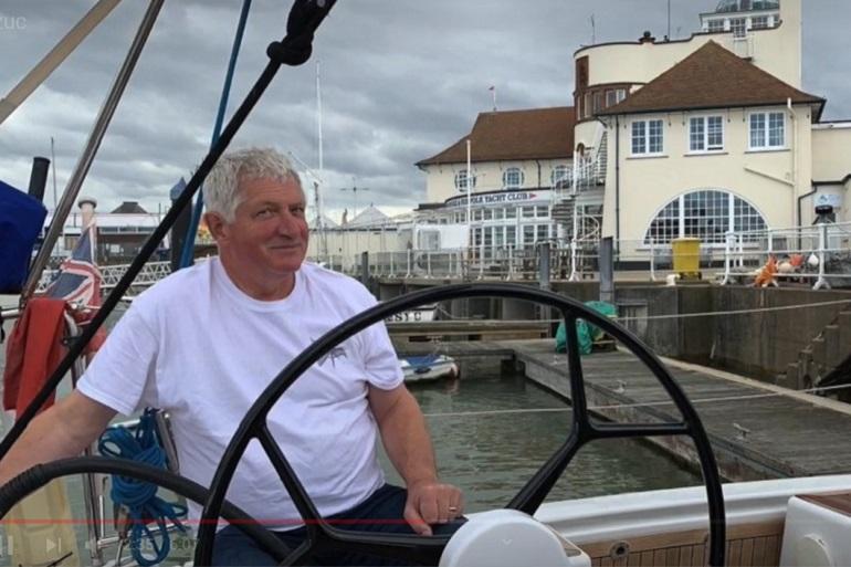 David Smith é um experiente skipper profissional britânico. Desde criança que faz vela, e em 2009 deixou a vida empresarial para se dedicar a entregar iates à vela por todo o Mundo (imagem canal Youtube de David Smith)