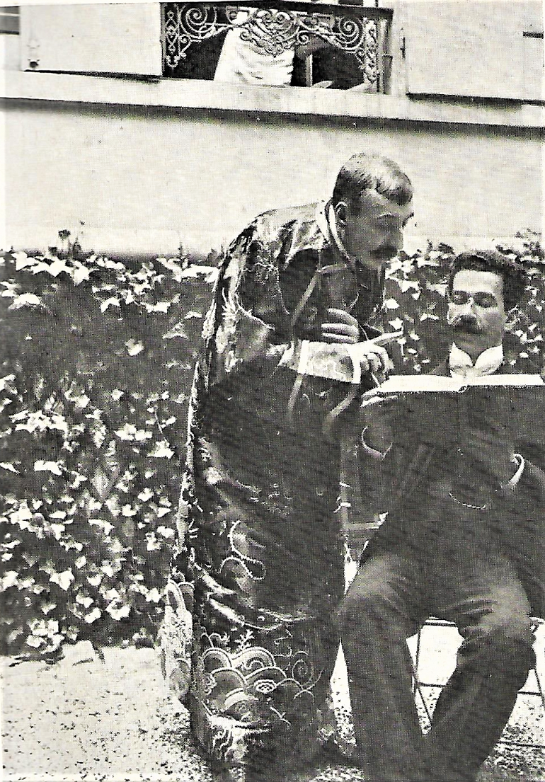 Eça de Queiroz e Domício da Gama no jardim da casa de Neuilly. Eça veste uma cabaia de seda, de mandarim, e finge interpretar súbtilmente um livro. (Livro do Centenário de Eça de Queiroz, Edições Dois Mundos, 1945)