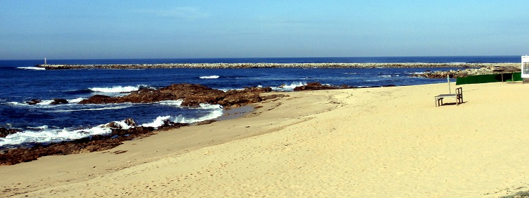 O molhe de Angeiras, visto da praia (imagem Reinaldo Delgado)