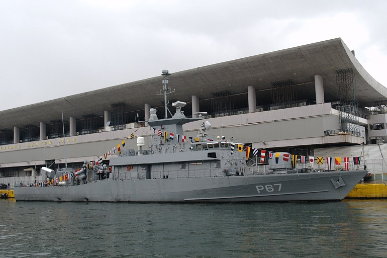 O P67 HS ROUSSEN atracado em Pireus, com embandeiramento em arco, por ocasião das festas de S. Nicolau, 2009. (imagem K. Krallis, wikimedia)