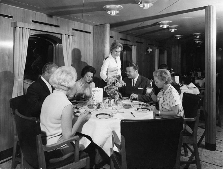 Passageiros a jantar a bordo dum paquete.(Maritime Museum Finland)