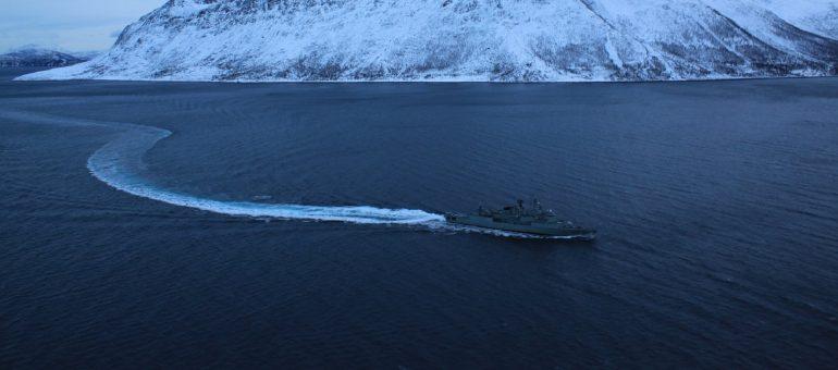 Os Estudos Marítimos ajudam a identificar a essência dos tipos de desafios de desenvolvimentoe de segurança. A fragata portuguesa NRP CORTE REAL nos fiordes da Noruega, defendendo os interesses de Portugal no quadro da aliança regional altântica. (imagem SNMG1-NATO)