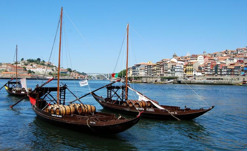 ... aquela dúzia que estaciona, sonolenta, na Ribeira de Gaia, e que acorda do seu sono letárgico uma vez por ano, para participarem na regata anual das Festas Sanjoaninas