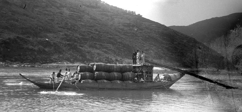 Aspeto dum Barco Rabelo com pipas de vinho a navegar no rio Douro (Foto Guedes, Coleção Casa do Infante, c.1900)