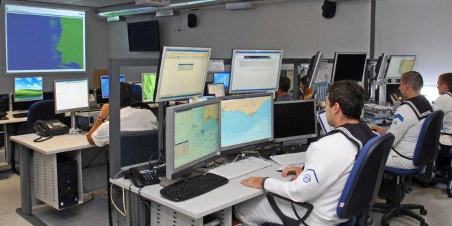 Os Centros Coordenação de Busca e Salvamento Marítimo nacionais são operados por militares da Marinha num regime de trabalho de 24 horas por dia e 7 dias por semana, garantindo a coordenação de todas as ações SAR nas Regiões de Busca e Salvamento Nacionais. (imagem Marinha Portuguesa)