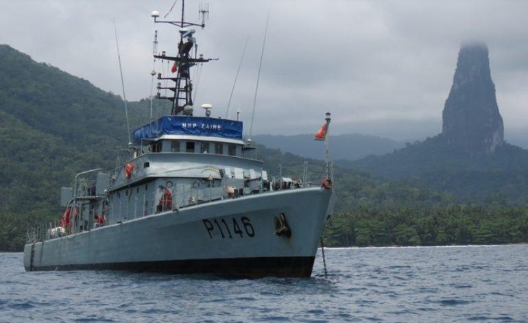 O navio patrulha Português NRP ZAIRE fundeado frente ao Pico do Cão Grande (imagem MGP)