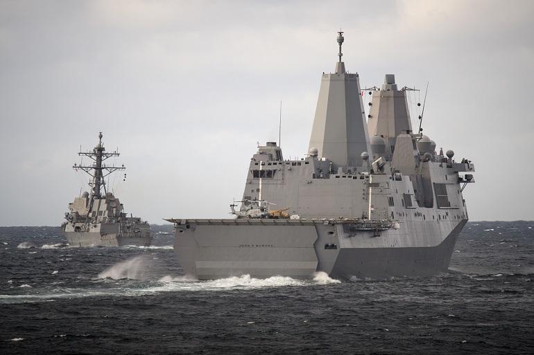 O navio-doca anfíbio USS JOHN P. MURTHA (LPD-26) em companhia do contratorpedeiro USS Momsen (DDG 92). (imagem US Navy, Alexander C. Kubitza)