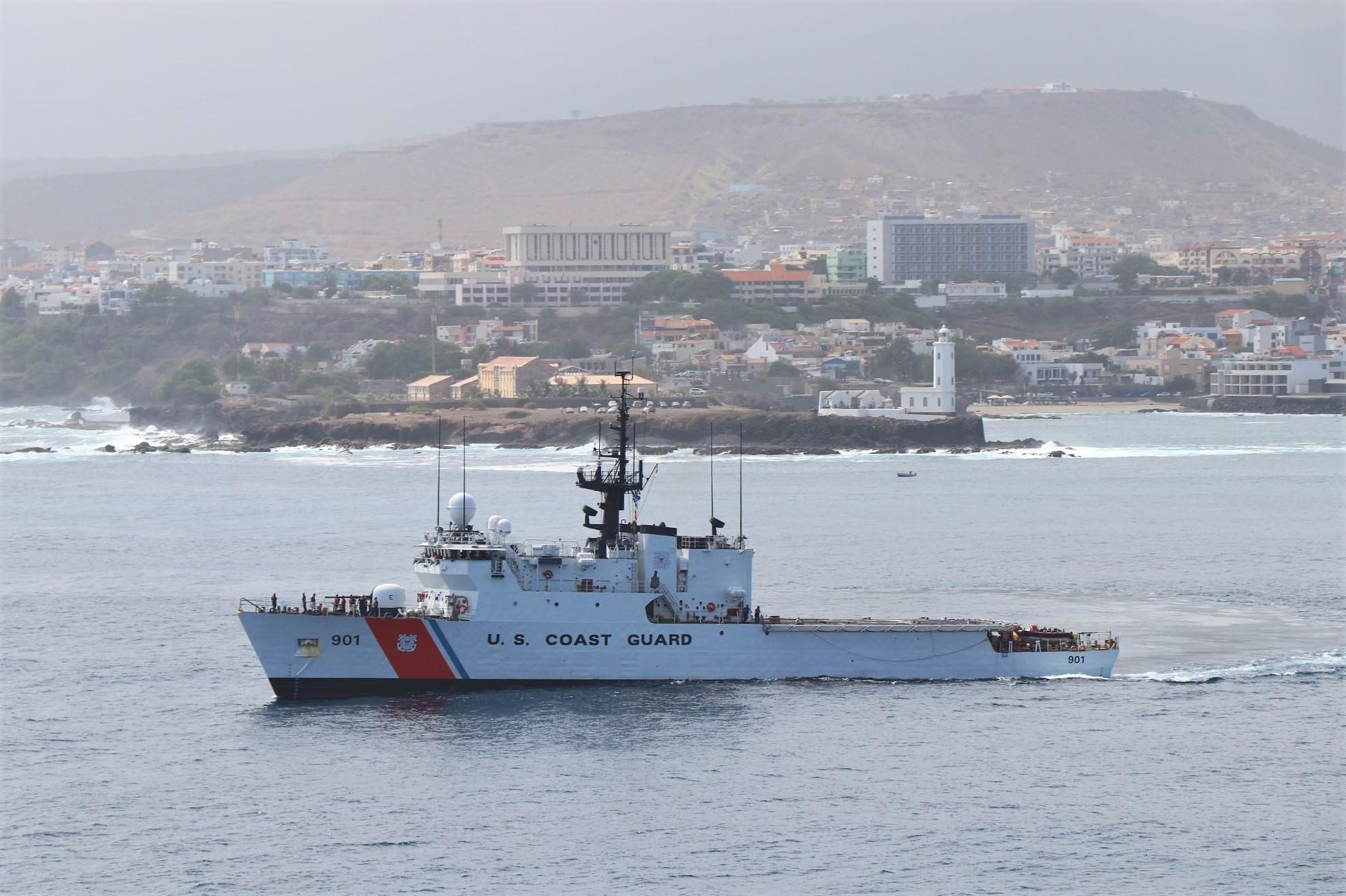 O navio patrulha oceânico USCGC BEAR em manobras frente ao Farol da Ponta Temerosa, na cidade da Praia, em agosto de 2020 (imagem USCG)