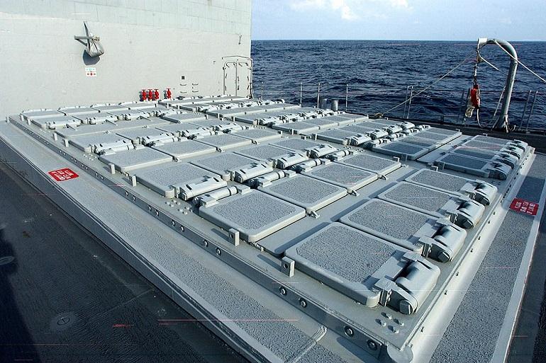Conjunto de vante de 61 silos de lançamento vertical de mísseis MK-41 do USS SAN JACINTO (imagem US Navy Michael Pendergrass)