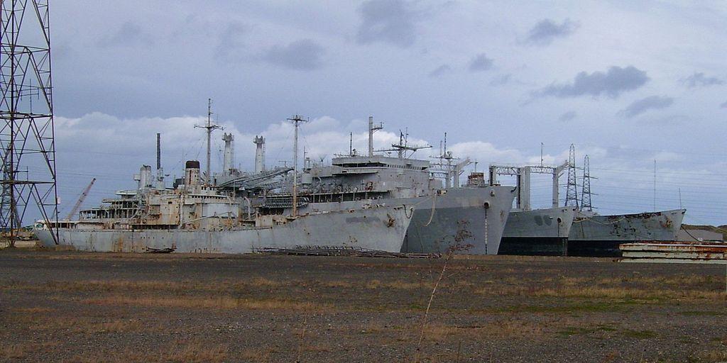 USS Compass Island (AG-153), USS Canopus (AS-34), USS Canisteo (AO-99), e USS Caloosahatchee (AO-98), em outubro de 2004, docados em Hartlepool, Reino Unido. Estes 4 navios continham toneladas de materiais perigosos, como amianto, óleos pesados, mercúrio, tintas com chumbo e Bifenilos policlorados (PCBs). Entre 2003 e 2011, protagonizaram o episódio conhecido como Ghost Fleet, uma batalha legal entre organizações ambientalistas e o governo britânico, que obrigou à definição de exigentes medidas de proteção ambiental para licenciamento da indústria de demolição de navios. (imagem Peter Goodwin)