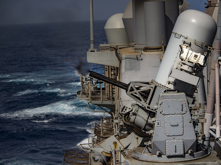 Um dos dois canhões anti-míssil de tiro rápido Vulcan Phalanx, a fazer fogo. (imagem US Navy J. Alexander)