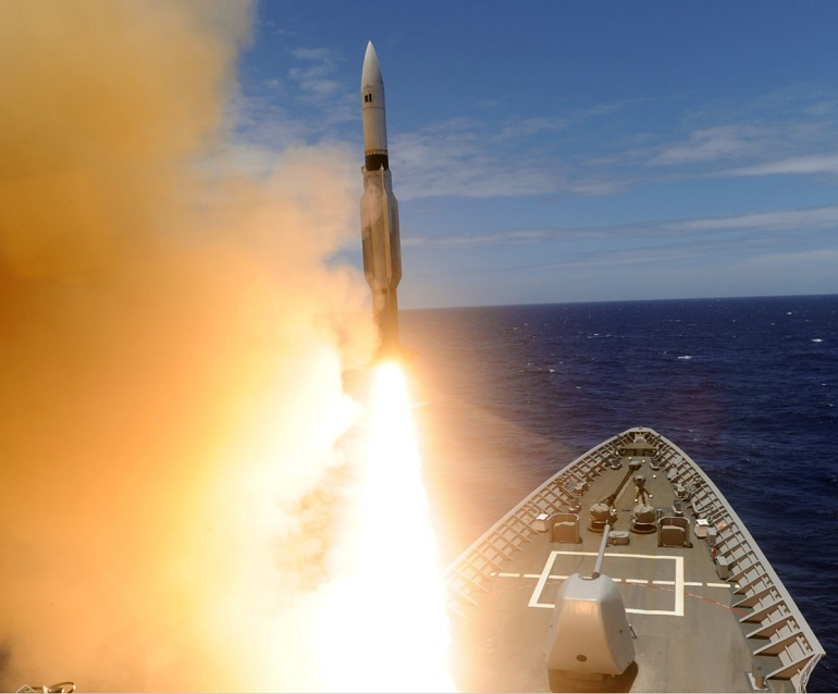 Um míssil RIM-66 sendo disparado do sistema Mk-41VLS de vante do USS SAN JACINTO (imagem US Navy)