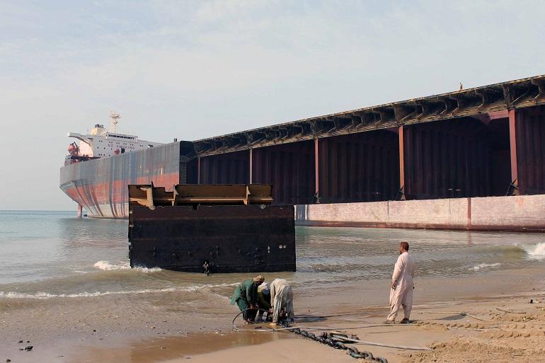 Um superpetroleiro a ser desmantelado no estaleiro de Gidani, no Paquistão (imagem khadim-un-nabi Rao via Panoramio)