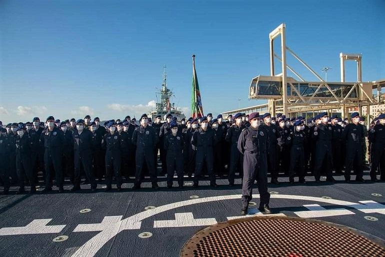 A guarnição da fragata NRP CORTE REAL à chegada a Lisboa, depois de cinco meses ininterruptos no mar devido à COVID-19. Devido à pandemia os militares portugueses não puderam usufruir das normais licencas a terra. E o mesmo se passa com todas as guarnições de todos os navios militares no mundo. (imagem MGP)