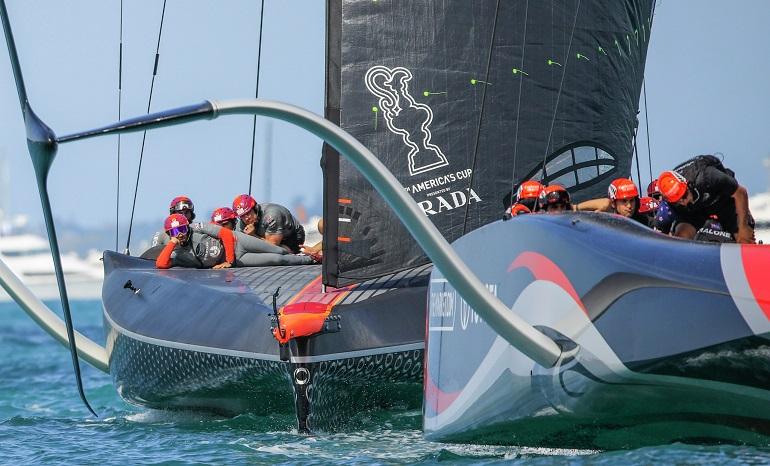 Durante a regata do Natal, as equipas neozelandesa da Emirates Team New Zealand, e britânica da Ineos Team UK, em Auckland, NZ (imagem Stefano Gattini)