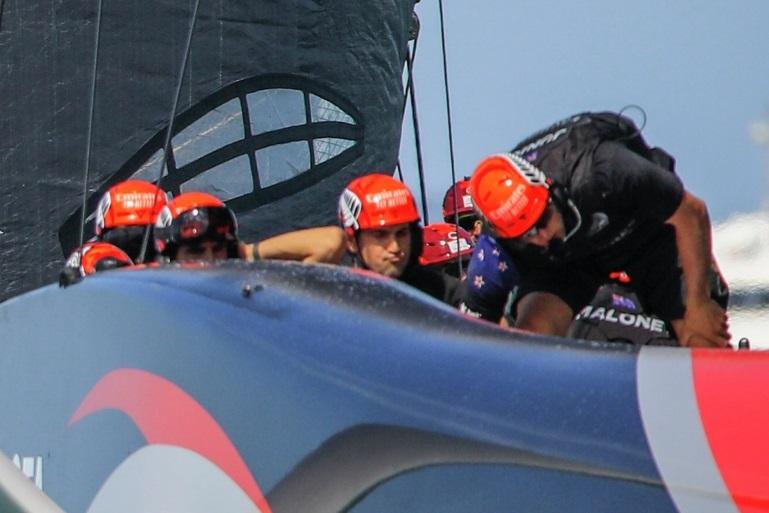 Durante a regata do Natal, a equipa neozelandesa da Emirates Team New Zealand (pormenor da imagem de Stefano Gattini)