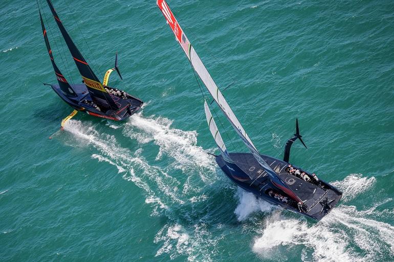Duelo renhido entre os barcos da New York Yacht Club American Magic e da Luna Rossa Prada Pirelli Team, durante o primeiro dia das meias finais, no dia 29 de janeiro (imagem Carlo Borlenghi)