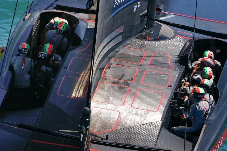 Pormenor da tripulação italiana da Luna Rossa Prada Pirelli Team (imagem Carlo Borlenghi)