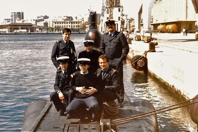 Grupo de Sargentos do NRP BARRACUDA, em Málaga, durante um exercício TAPON no ano de 1986. Da esquerda para a direita e de trás para a frente, 1SAR ETC Calado, 2SAR E Farinha, 1SAR MQ Araújo, 2SAR ETS Messias, 2SAR ETS Pinheiro e 1SAR ETI Carmo. (imagem António Araújo)