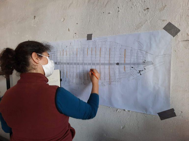 Fig. 2 - Verificação das componentes já inventariadas de uma das embarcações recolhidas durante a escavação (Catarina Garcia). (imagem Brígida Baptista)
