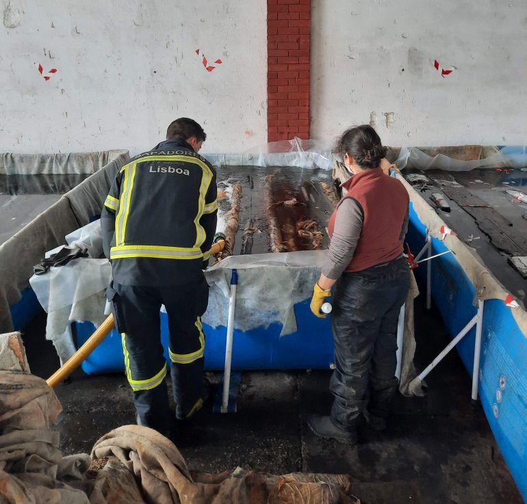 Fig.3 - Enchimento de tanques onde as madeiras são preservadas com a colaboração dos Bombeiros Sapadores de Lisboa (imagem Brígida Baptista)