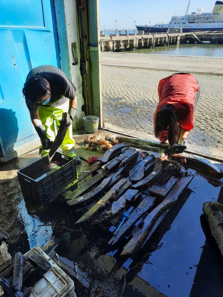 Fig. 4 - Processo de lavagem das peças de madeira (André Albuquerque e Íris Fragoso) (imagem Brígida Baptista)