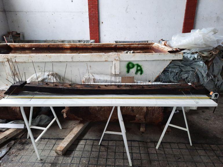 Fig.7 - Verificação dos orifícios e elementos de pregadura presentes numa caverna de uma das embarcações recolhidas (imagem Brígida Baptista)