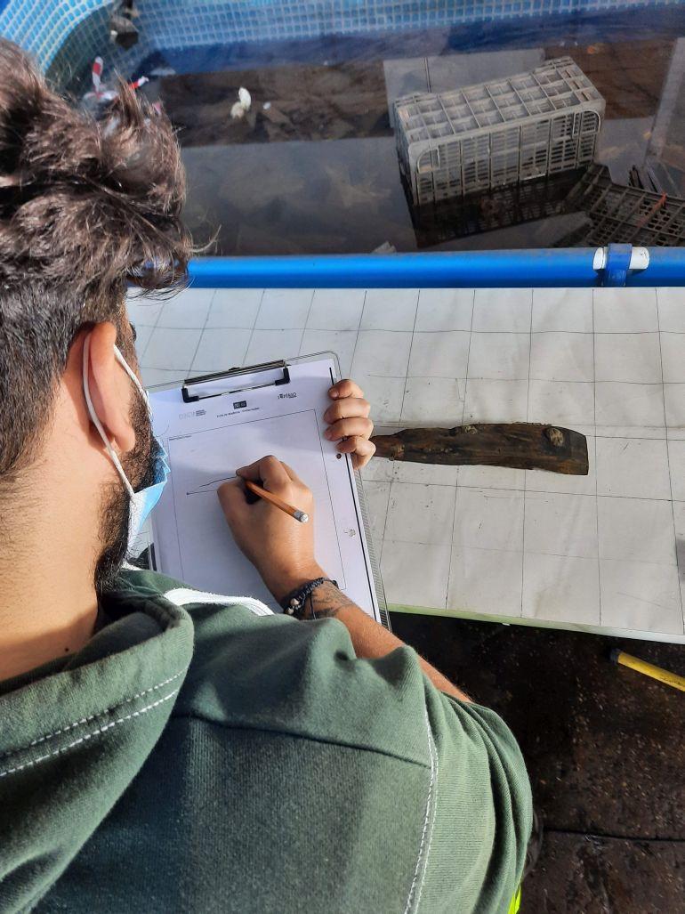 Fig. 9 - Processo de inventário e desenho de peças (André Albuquerque) (imagem Brígida Baptista)