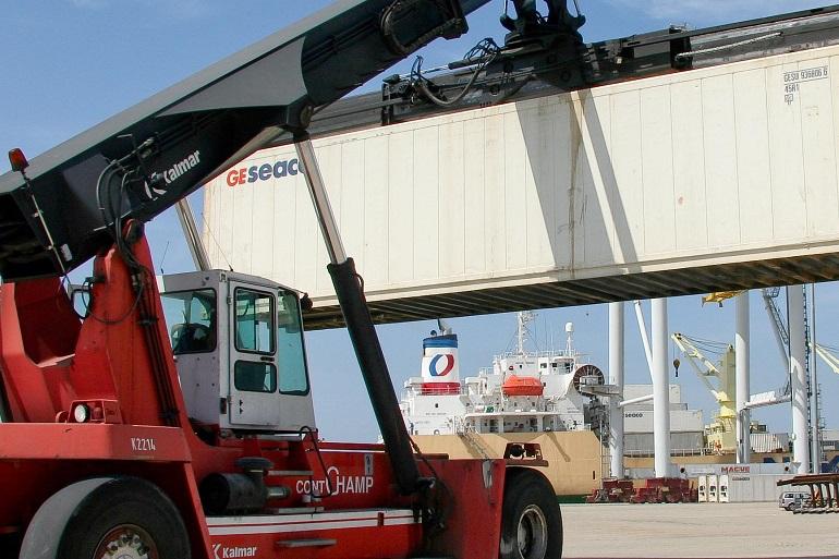 Uma grua a movimentar contentores num porto (imagem APSS)