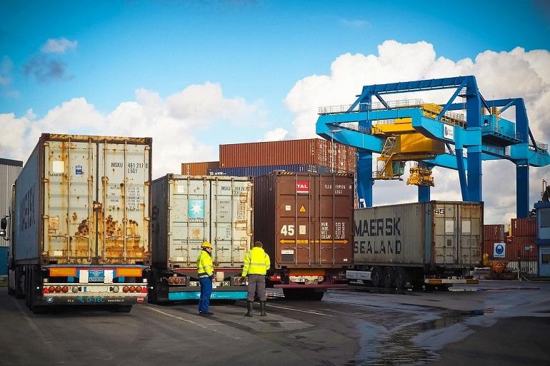 Transporte rodoviário de contentores num porto (Imagem de Michael Gaida por Pixabay)