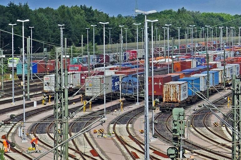 Terminal ferroviário de contentores (pormenor duma imagem de Erich Westendarp por Pixabay)