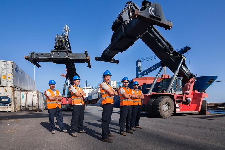Trabalhadores portuários (imagem publicitária da ETP - Grupo Sousa)