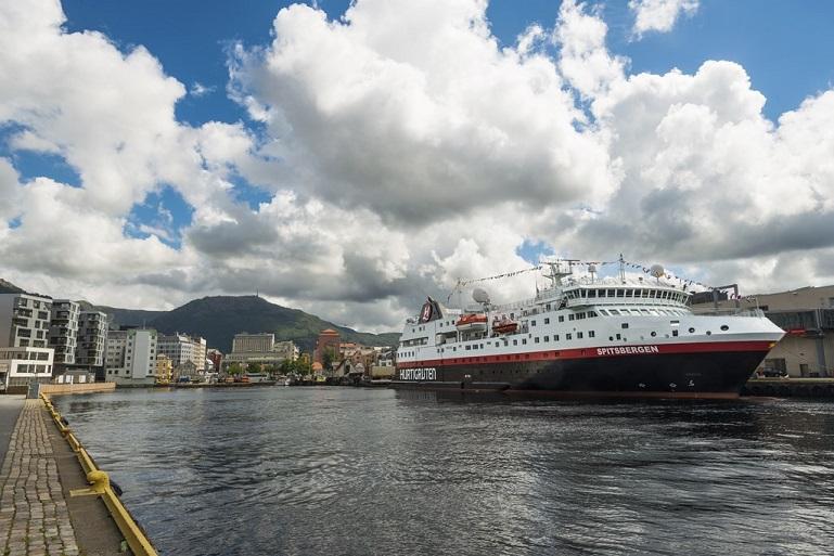 O navio atracado em Svolvaer, no dia do seu batismo (imagem Tor Farstad via Cruise Industry News)