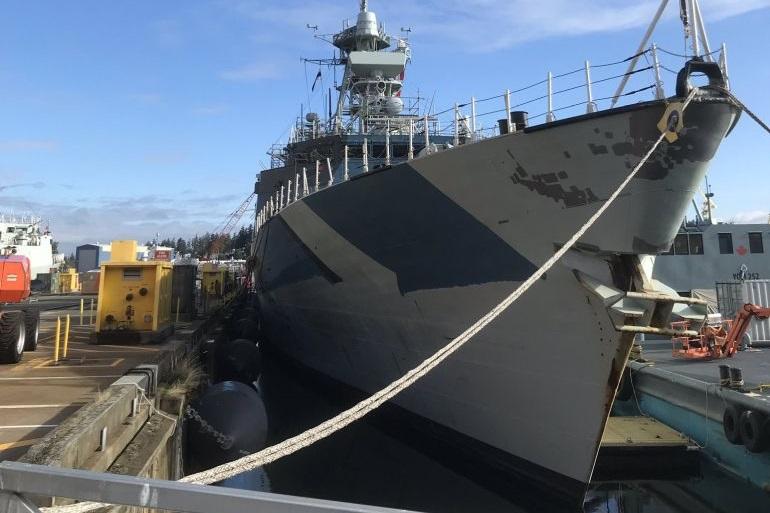 A HMCS REGINA no dia 22 setembro de 2019, no cais da FMF Cape Breton, vendo-se a aplicação da pintura ainda incompleta (imagem Roger Litwiller)