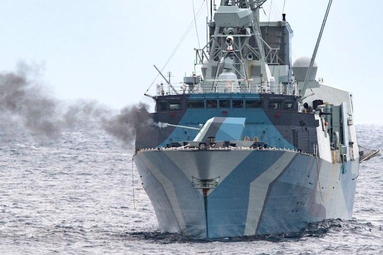 HMCS REGINA numa interessante perspetiva de proa, fazendo fogo com a peça Bofors de 57mm (imagem RCN)