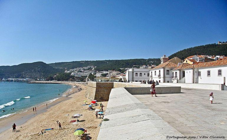 A praia, vista da Fortaleza de Santiago, onde hoje está instalado o Museu Marítimo de Sesimbra. (imagem Victor Oliveira https://www.flickr.com/people/21446942@N00 )