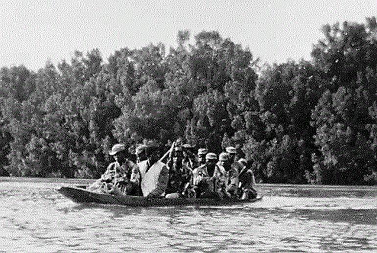 Combatentes cambando um rio, de canoa Guiné (imagem do blog Luís Graça e camaradas da Guiné)