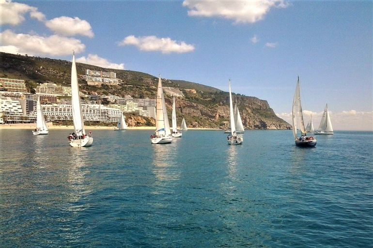 Chegada a Sesimbra duma regata de veleiros de cruzeiro (imagem João Teixeira, do blog lisbonsouthbayblog)