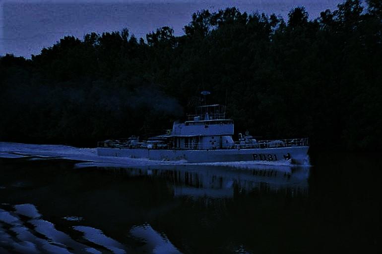 O NRP SAGITARIO a navegar à noite no rio Cacheu (imagem Adelino Rodrigues da Costa)