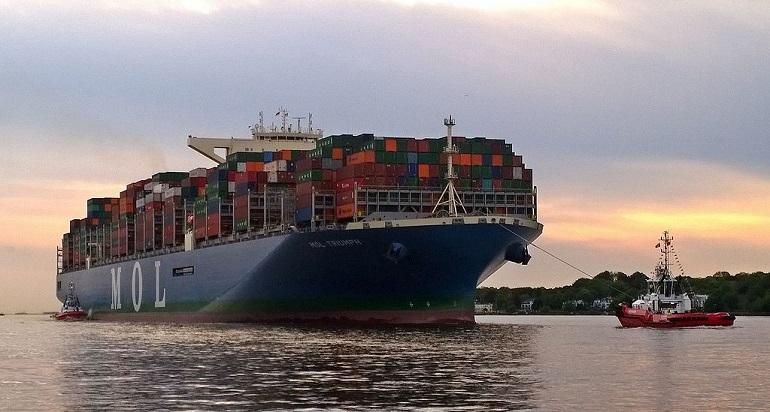 O navio MOL TRIUMPH, em manobras no rio Elba, maio de 2017 (Wikimedia Commons)