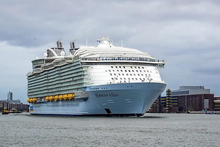 O navio de cruzeiros HARMONY OF THE SEAS em Roterdão (imagem Frans Berkelaar)