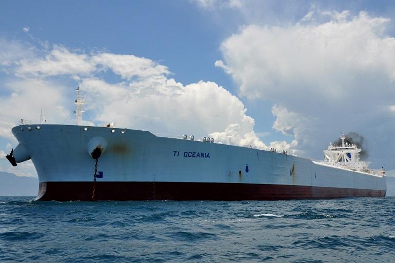 O mega petroleiro TI OCEANIA fotografado em Angra dos Reis, RJ (imagem Marcelo Gaúcho Vieira e Rafael Viva via santosshiplovers.blogspot)