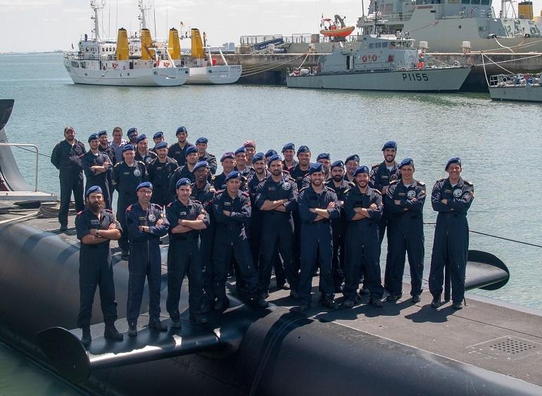 Oficiais, Sargentos e Praças da Marinha Portuguesa, mas principalmente Submarinistas. A guarnição do NRP TRIDENTE em junho de 2018 (imagem MGP)