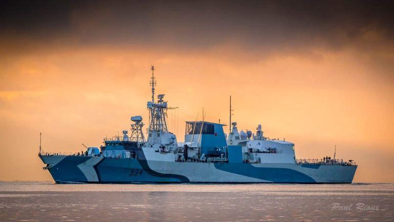 Uma lindíssima imagem ao crepúsculo da HMCS REGINA (imagem Paul Rioux)