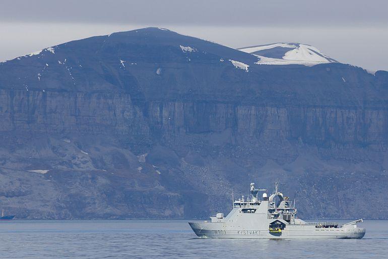 O AOPV norueguês KV SVALBARD a navegar frente ao pico Miseryfjellet, na ilha do Urso, no arquipélago Svalbard (imagem Vetle Nilsen Malmberg via wikimedia commons)